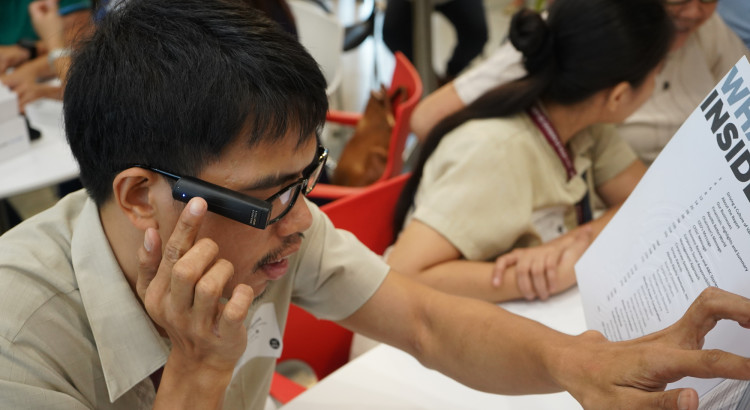 NOBODY LEFT BEHIND. The OrCam MyEye 2.0 artificial vision device opens the way to reading with less difficulty.