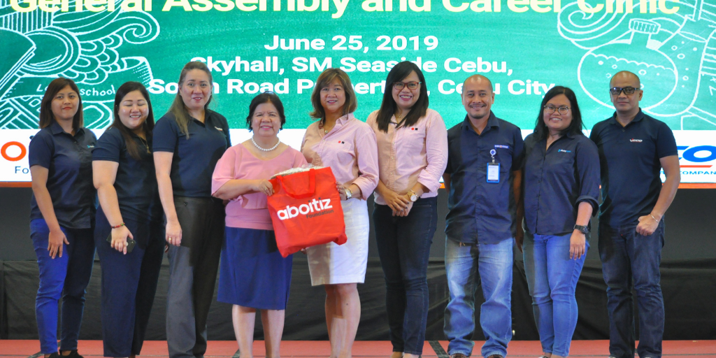 Aboitiz Foundation represented by its First Vice President and Chief Operating Officer Maribeth Marasigan (center) and Education Program Manager Jowelle Ann Cruz (fourth from right), during the Aboitiz High School Scholars General Assembly and Career Clinic. The General Assembly was held to gather Aboitiz scholars and equip them with practical career-related knowledge and coaching, as well as skills on how to be effective online ambassadors of the Aboitiz brand and their academic institutions.