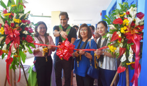 LET THE LEARNING BEGIN. Aboitiz Power Distribution Executive Vice President and COO Jaime Aboitiz leads the ribbon cutting during the e.Lab turnover ceremony at F. Bangoy National High School.