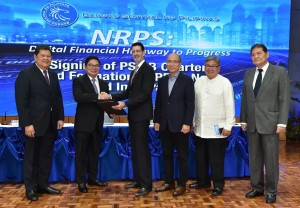 ADVANCING PHILIPPINE DIGITAL RETAIL PAYMENTS. UnionBank Chairman and CEO Dr. Justo A. Ortiz (center) hands over the signed agreements of PSMB charter to Bangko Sentral ng Pilipinas (BSP) Governor Amando Tetangco, Jr. (left) in a ceremony held at the BSP on March 31. At right is PayMaya Philippines President Orlando Vea. Photo Courtesy of Bangko Sentral ng Pilipinas