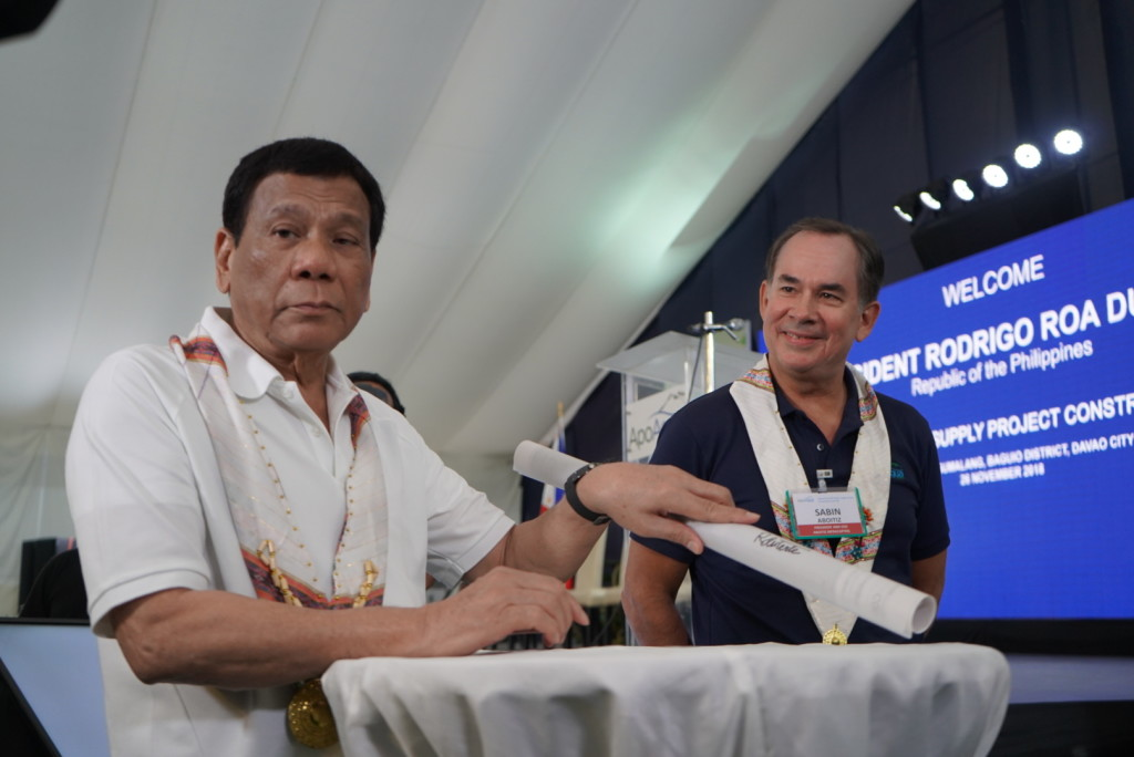 Aboitiz InfraCapital President and CEO Sabin Aboitiz joins President Duterte as the latter signed a blueprint of the Apo Agua bulk water supply project, which was among the contents of the time capsule that was lowered during the construction kick-off ceremony.