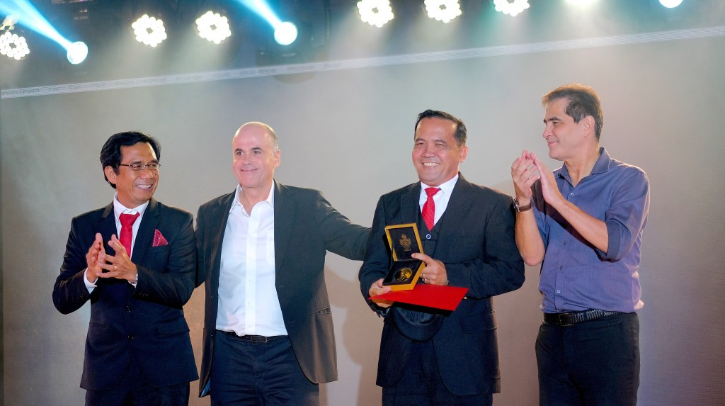 """After seven years, a Davao Light Kaibigan once again receives the Don Ramon Aboitiz Award of Excellence through Elmer """"Bambi"""" Amigo (third from left). He is celebrated by his Aboitiz team leaders (from left) Rodger Velasco, Davao Light Chief Operating Officer; Txabi Aboitiz, AEV Chief HR Officer; and Jim Aboitiz, AboitizPower Distribution Group Chief Operating Officer."""