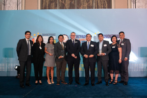 UnionBank President and CEO Edwin Bautista (4th from right), together with other executives of the bank, receive the four trophies from ABF editor-in-chief Tim Charlton (5th from right). With them are (from left) UnionBank corporate product management head Dino Velasco, human resource director Michelle Rubio, lean systems engineering head Cris Tismo, customer segments head Jaypee Soliman, EON Banking group head Paolo Baltao, organizational capability-Center of Excellence lead Gladys Ocampo and senior advisor to the Office of the President and CEO Genaro Lapez.